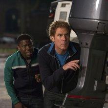 Duri si diventa: Will Ferrell si apposta con Kevin Hart in una scena della commedia d'azione
