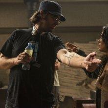 Everly:  Salma Hayek col regista Joe Lynch sul set del film
