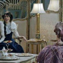 Another Period: Natasha Leggero e Riki Lindhome in una scena della serie