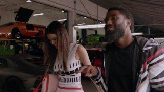 Ballers: Anabelle Acosta e John David Washington in una scena del pilot