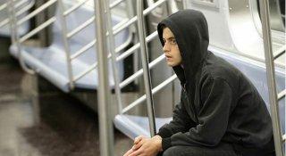 Mr. Robot: l'attore Rami Malek in una scena ambientata in metropolitana