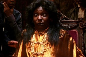 Whoopi Goldberg in una scena di Ghost - Fantasma