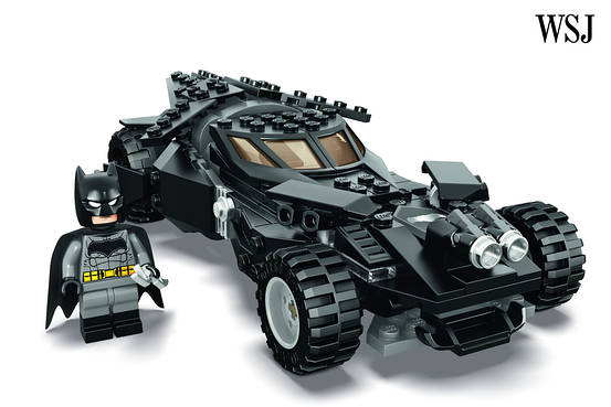 Batman v Superman: Dawn of Justice - un'immagine della Lego Batmobile