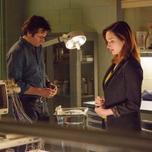 Zoo: Billy Burke e Kristen Connolly in una scena della serie