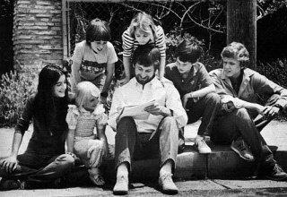 Steven Spielberg (al centro) con gli attori di Poltergeist ed E.T. nel 1982