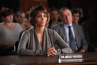 Extant: Halle Berry in una scena dell'episodio Change Scenario