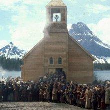 I cancelli del cielo: una scena corale davanti alla chiesa