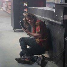 American Ultra: Jesse Eisenberg intimorito sul pavimento del supermercato