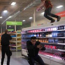 American Ultra: Jesse Eisenberg si ripara dalla polizia sullo scaffale di un supermercato