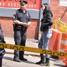 A.K.A. Jessica Jones: Kysten Ritter sul set insieme a un agente di polizia
