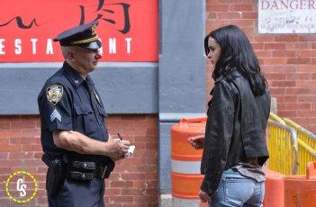 A.K.A. Jessica Jones: Kysten Ritter sul set discute con un finto poliziotto