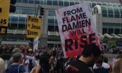 Damien al Comic-Con: il diavolo si unisce agli attivisti cristiani