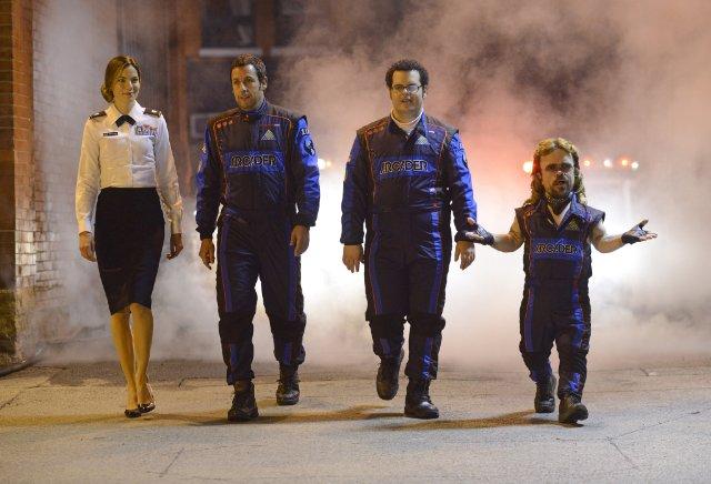 Pixels: Adam Sandler, Peter Dinklage, Michelle Monaghan e Josh Gad in una scena del film di Chris Columbus