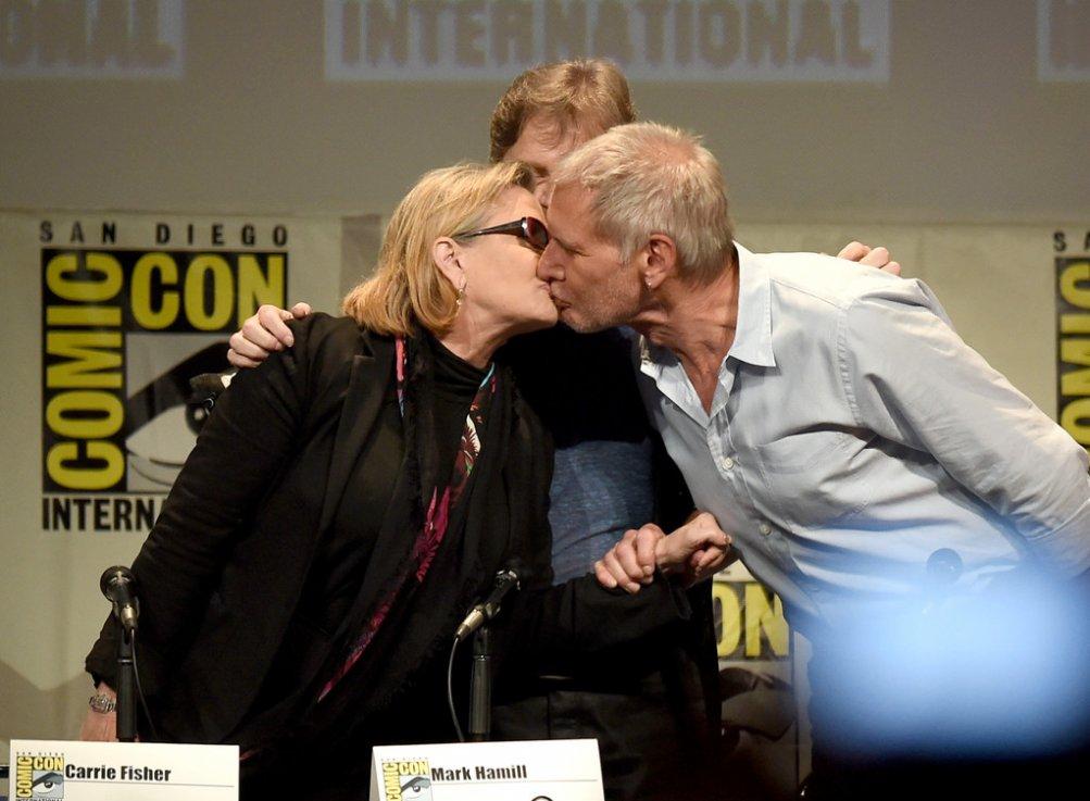 Carrie Fisher bacia Harrison Ford al Comic Con, durante la presentazione di Star Wars:il risveglio della forza