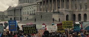 Batman v Superman: Dawn of Justice: proteste contro Superman nel nuovo trailer del film
