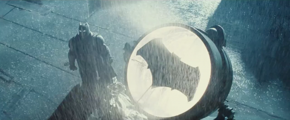 Batman v Superman: Dawn of Justice: Batman col nuovo Batsegnale nel nuovo trailer del film