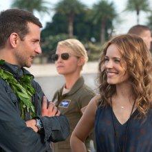 Bradley Cooper, Rachel McAdams ed Emma Stone nel film Sotto il cielo delle Hawaii