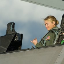 Una Emma Stone pilota nel film Sotto il cielo delle Hawaii