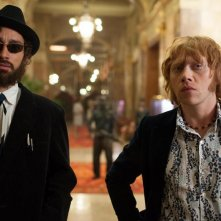 Moonwalkers: Rupert Grint e Robert Sheehan in una scena del film