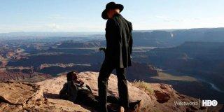 Westworld: Ed Harris minaccia un uomo su una collina