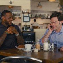 Un disastro di ragazza: Bill Hader e LeBron James in una scena
