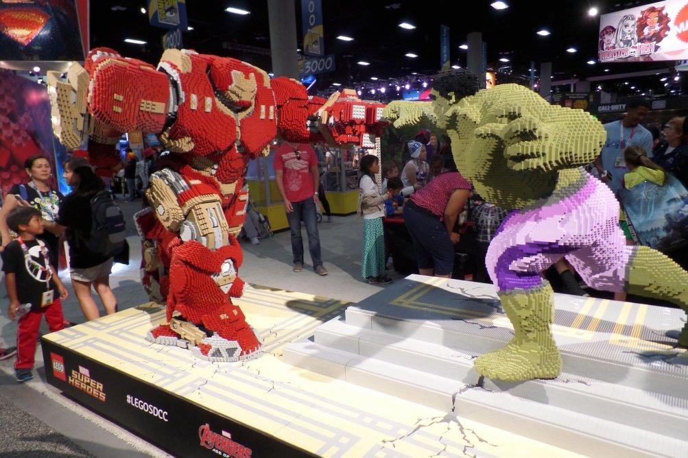 Comic-Con 2015: Hulk contro la Hulkbusters versione Lego dall'evento di San Diego