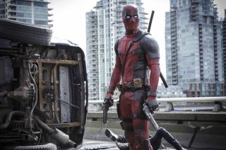 Deadpool: Ryan Reynolds sul viadotto a fianco di un camion rovesciato
