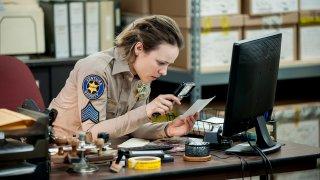 True Detective: Rachel McAdams cerca degli indizi in un'immagine tratta dall'episodio Other Lives