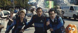 Pixels: Adam Sandler, Josh Gad e Michelle Monaghan in una scena