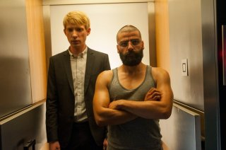 Ex Machina: Domhnall Gleeson e Oscar Isaac in una scena del film