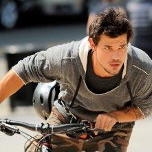 Tracers: Taylor Lautner in una scena del film