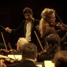 Mozart in the Jungle: Gael García Bernal interpreta Rodrigo impegnato a dirigere la sua orchestra