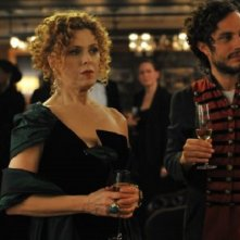 Mozart in the Jungle: Bernadette Peters e Gael García Bernal in un'immagine della prima stagione