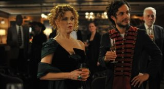 Mozart in the Jungle: Bernadette Peters e Gael García Bernal in un'immagine della prima stagione