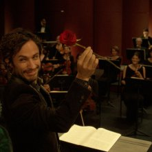 Mozart in the Jungle: il protagonista Gael García Bernal posa davanti alla sua orchestra