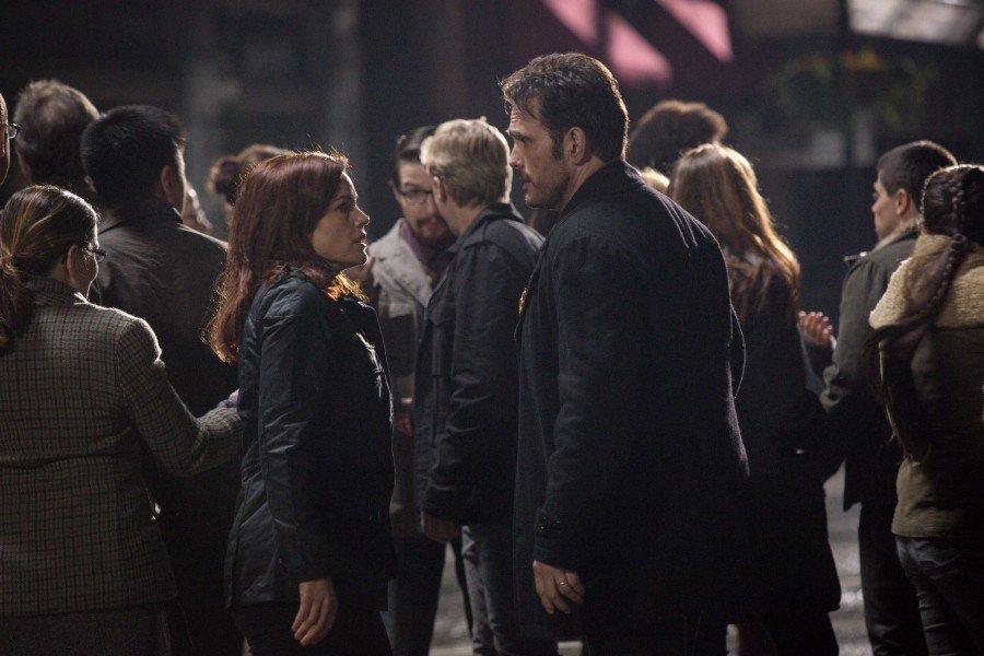 Wayward Pines: Carla Gugino e Matt Dillon insieme ai loro concittadini in Un nuovo inizio