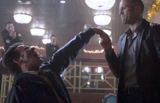 Joker - Wild Card: Jason Statham prende per mano uno dei suoi avversari in una scena