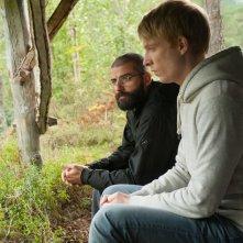 Ex Machina: Domhnall Gleeson insieme a Oscar Isaac in un'immagine del film