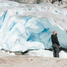 Ex Machina: Domhnall Gleeson e Oscar Isaac sui ghiacci in una scena del film di fantascienza