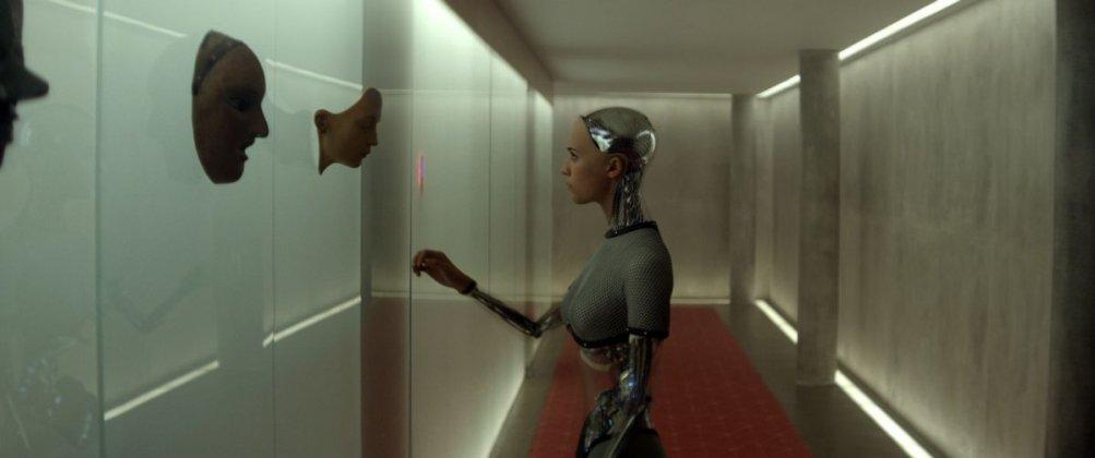 Ex Machina: Alicia Vikander nei panni del robot Ava in un'immagine del film
