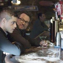 Mr. Robot: Rami Malek e Christian Slater parlano in un bar durante l'episodio d3bug.mkv