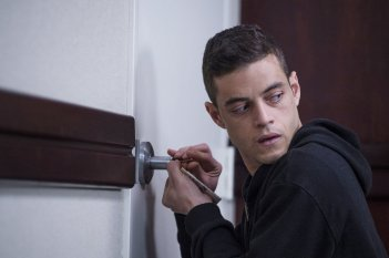 Mr. Robot: l'attore Rami Malek in un momento dell'episodio 3xpl0its.wmv