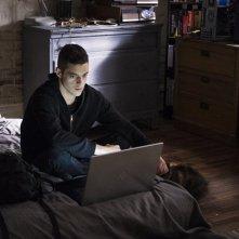 Mr. Robot: il protagonista Rami Malek interpreta Elliot in br4ve-trave1er.asf