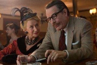 Trumbo: Bryan Cranston ed Helen Mirren in una scena del film