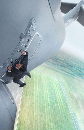 Mission: Impossible - Rogue Nation: Tom Cruise nei panni di Ethan Hunt in un momento da brivido del film