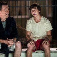 Come ti rovino le vacanze: Ed Helms sorride con Skyler Gisondo in una scena