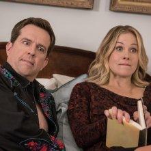 Come ti rovino le vacanze: Christina Applegate con Ed Helms in una buffa immagine della commedia