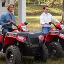 Come ti rovino le vacanze: Ed Helms insieme a Chris Hemsworth in una scena