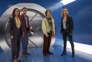 X-Men: Apocalypse - Rose Byrne, Nicholas Hoult, Lucas Till e Jennifer Lawrence in una scena del film diretto da Bryan Singer