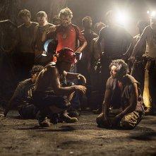 Los 33: Antonio Banderas seduto in terra insieme a un collega